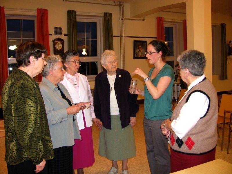 religieuses_des_soeurs_de_notre-dame_du_saint-rosaire_entourant_lethnologue_maude_redmond_suite__la_prsentation_des_rsultats_du_projet.